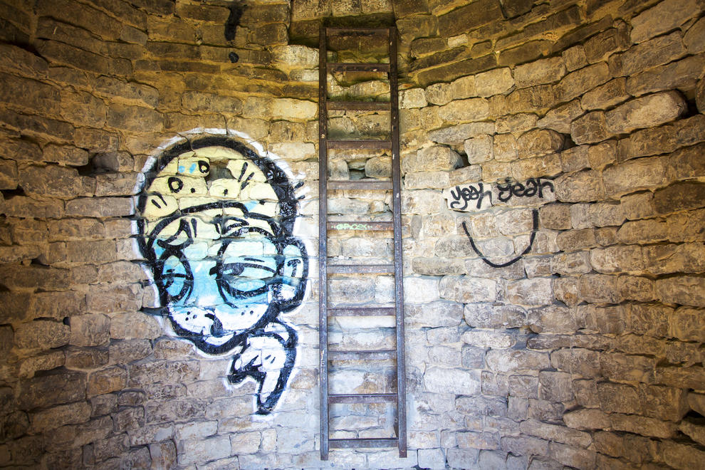 Apareixen dos grans grafitis fets des de les escales del monument i també a les parets interiors