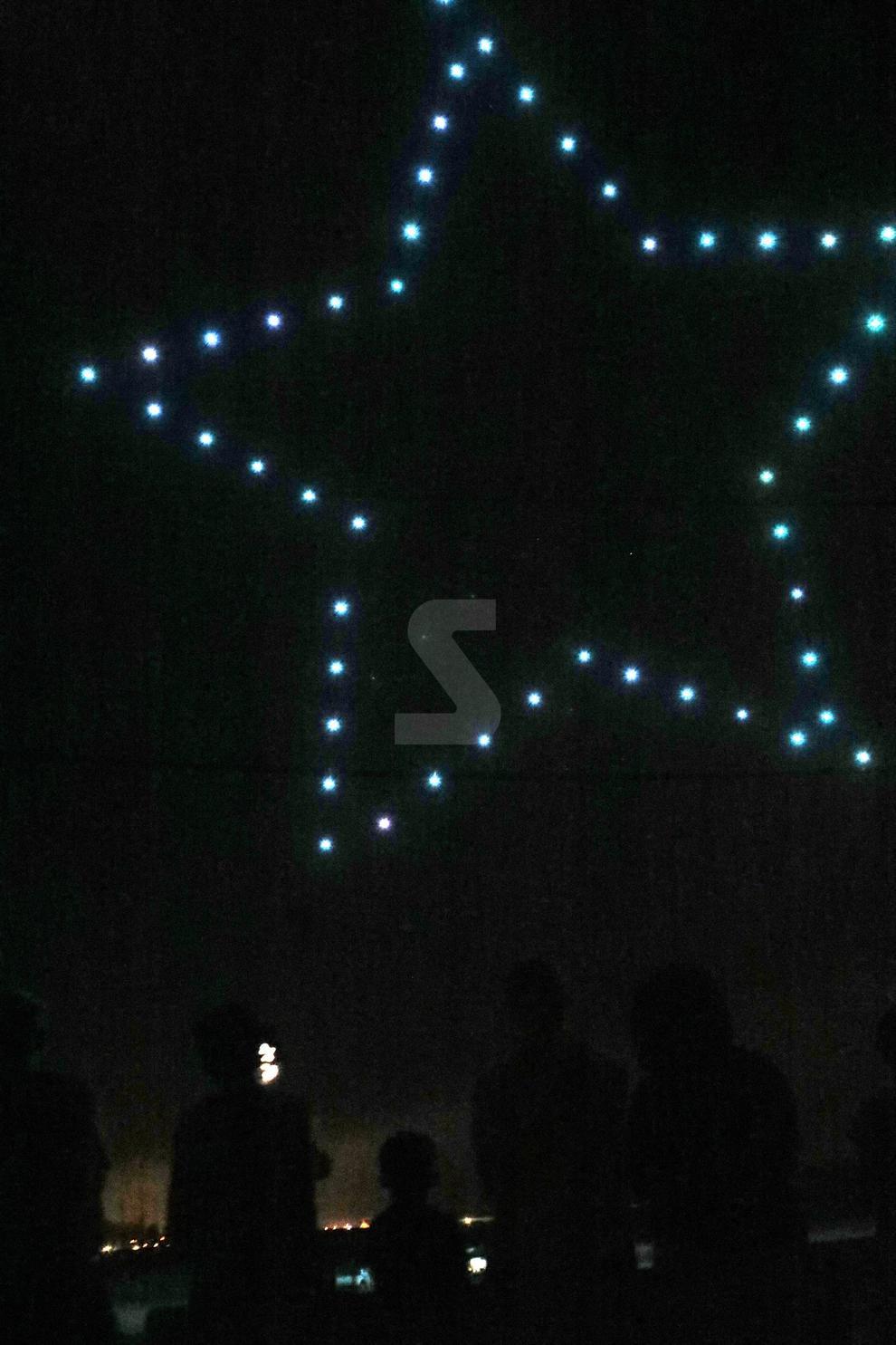 Imágenes del espectáculo de drones que llenó de luces y música el cielo de Alcarràs