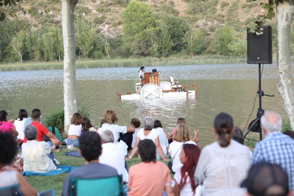 """El espectáculo internacional 'Le Piano du Lac', un montaje nacido en 2014 en el cual el público disfruta de un concierto de piano mientras el instrumento """"navega"""" por las aguas de un lago, volvió a las aguas del Segre en Sant Llorenç de Montgai, en Camarasa."""